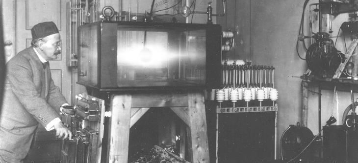 Kristian Birkeland i sitt solstudio som han bygget rundt 1900. Foto: Ukjent/Norsk Teknisk Museum