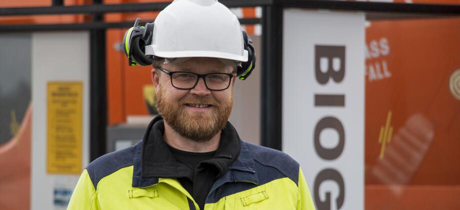 Portrett, mann med hjelm og arbeidstøy.