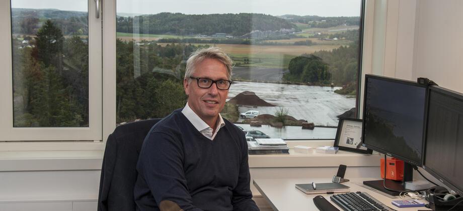 Mann på kontor med landlig utsikt.