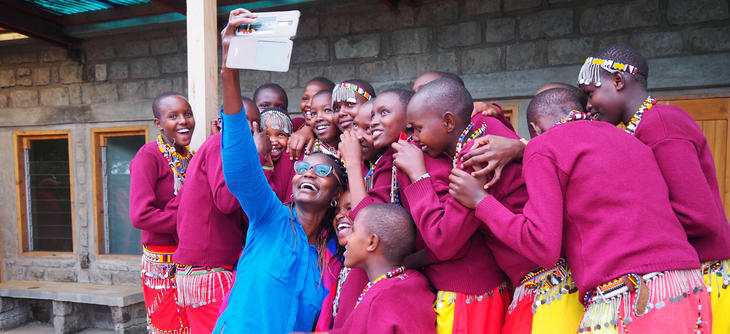 Jenter fra jenteskolen tar selfie